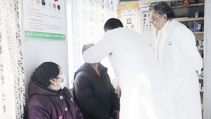在村卫生室,村医刘成龙使用智能便携式设备为村民做眼健康检查.jpg