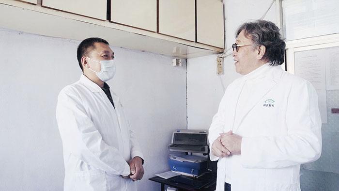 何伟委员(右)与村医刘成龙交流,倾听基层医生的心声.jpg